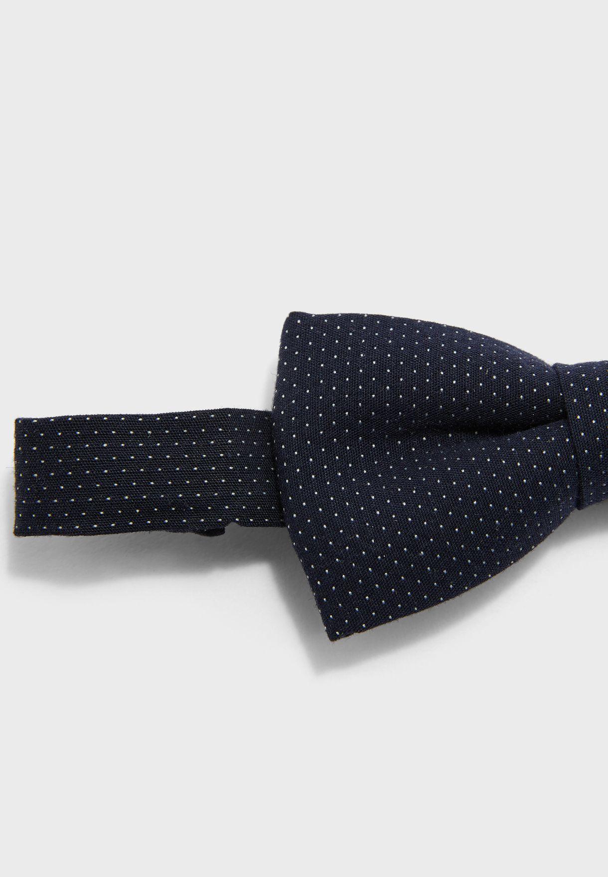 ربطة عنق مزينة بفيونكة