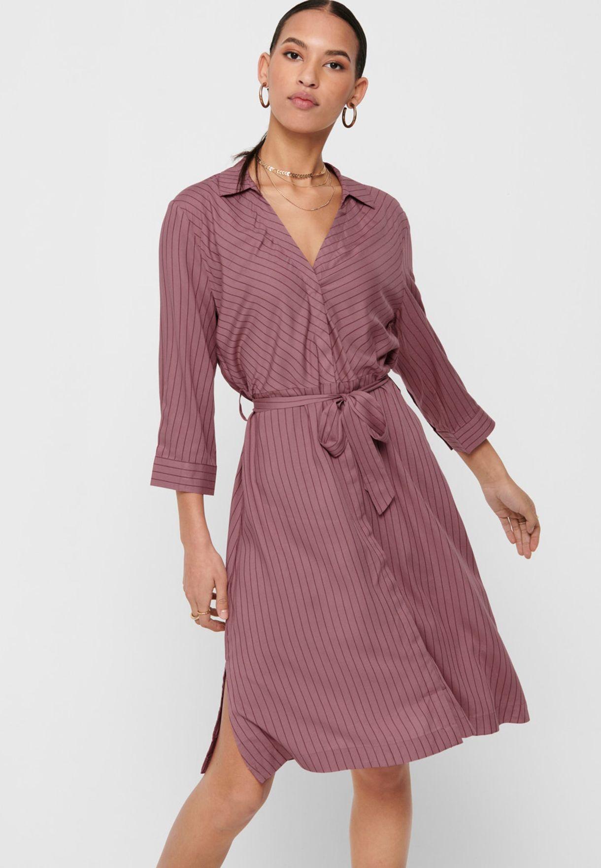 فستان بخطوط واربطة خصر