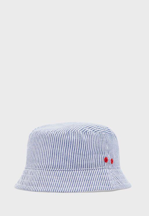 قبعة بخطوط