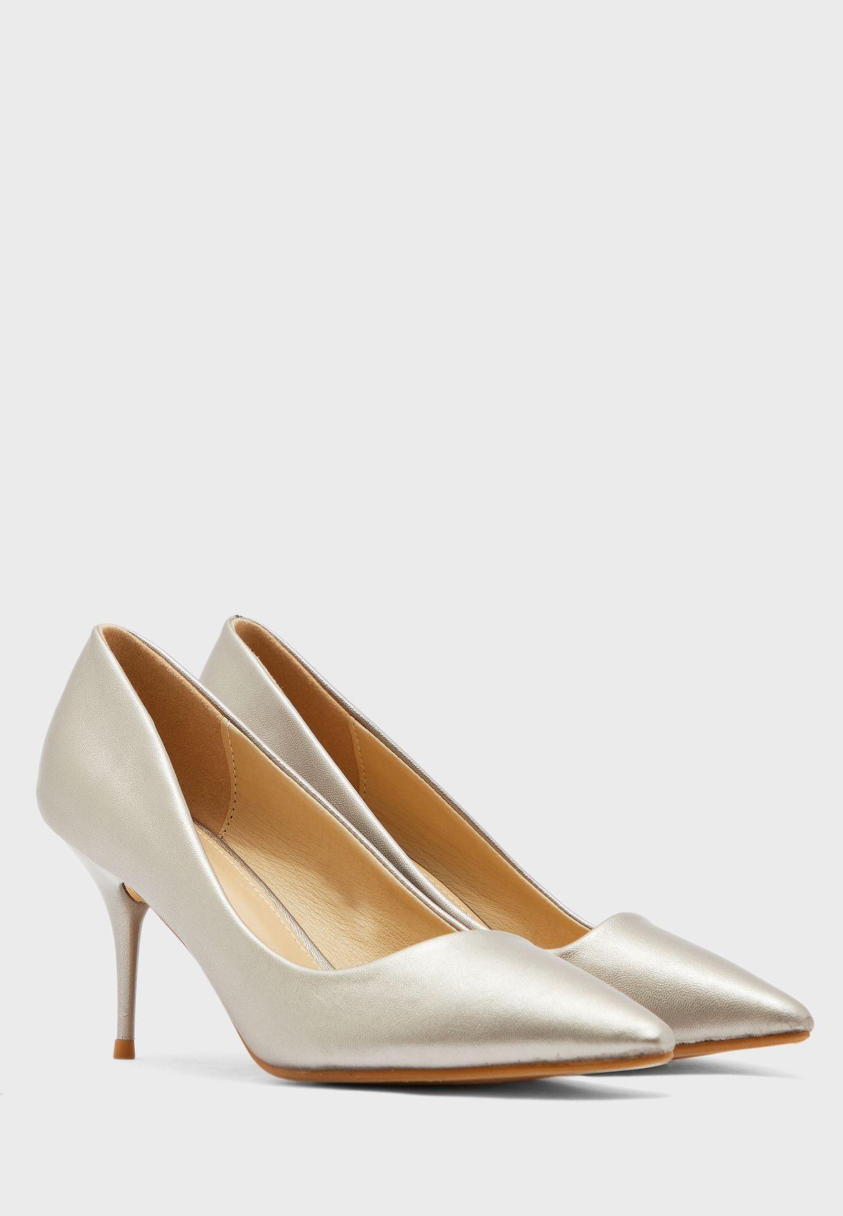 حذاء ميتاليك بمقدمة مدببة