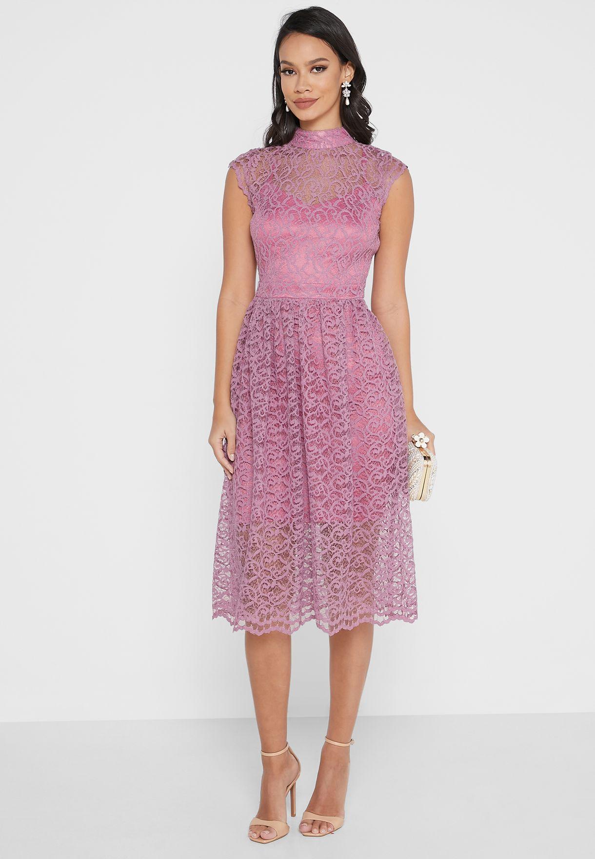 فستان دانتيل بأطراف واسعة