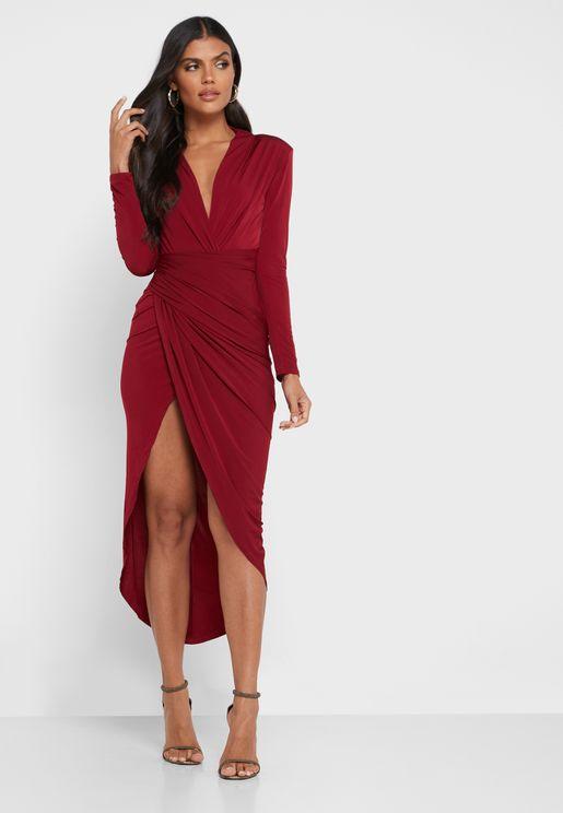 فستان بياقة عميقة واكمام طويلة