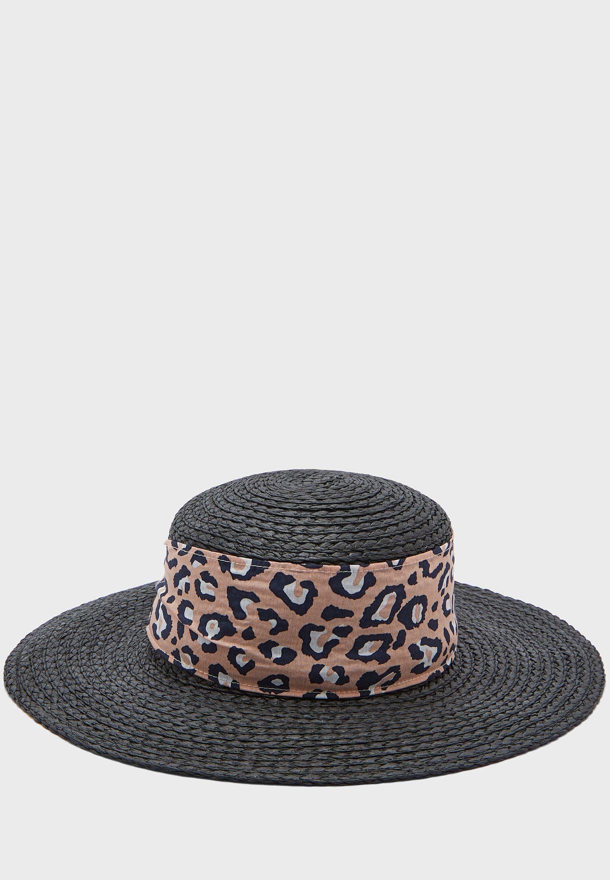قبعة قش بحافة عريضة