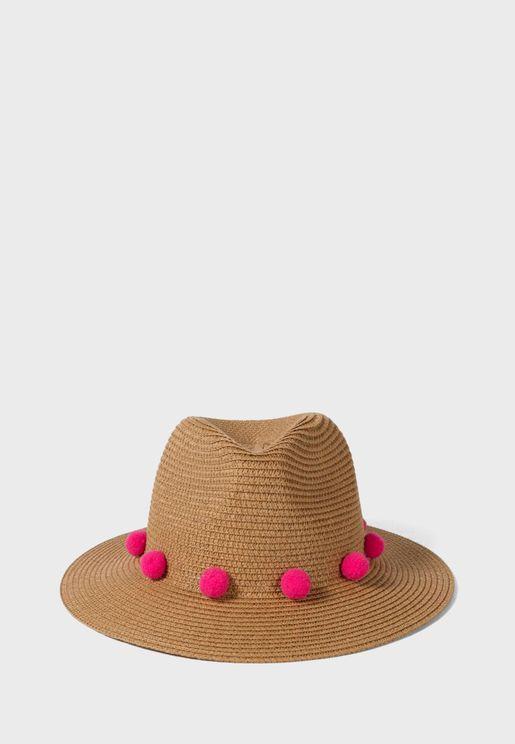 قبعة مزينة بكرات البوم بوم
