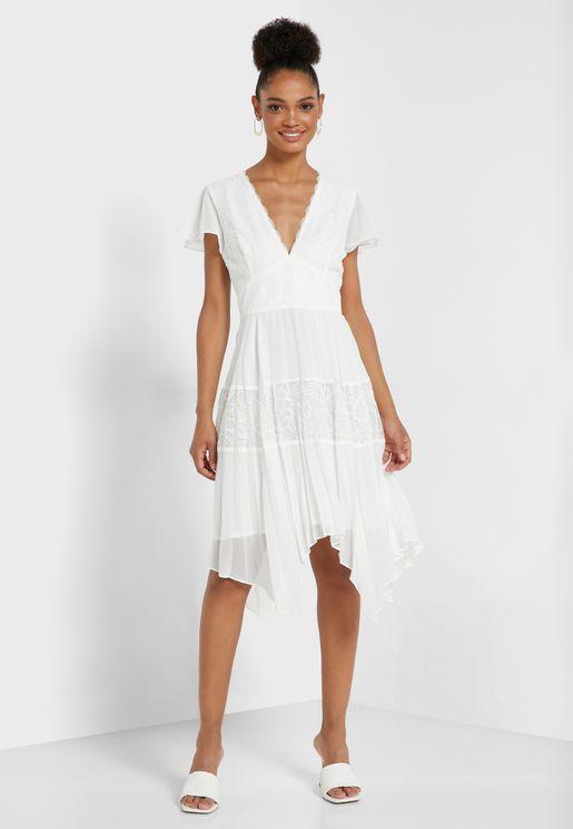 فستان بياقة عميقة مزين بدانتيل