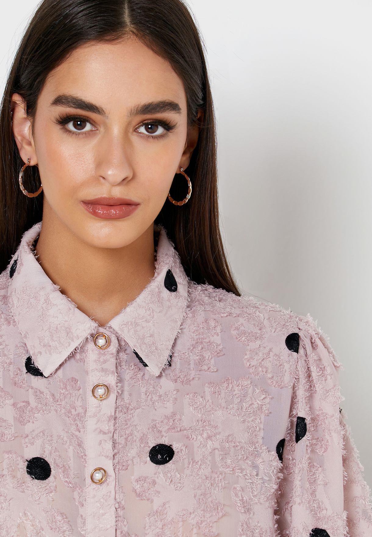 قميص مزين بطبعات نقاط