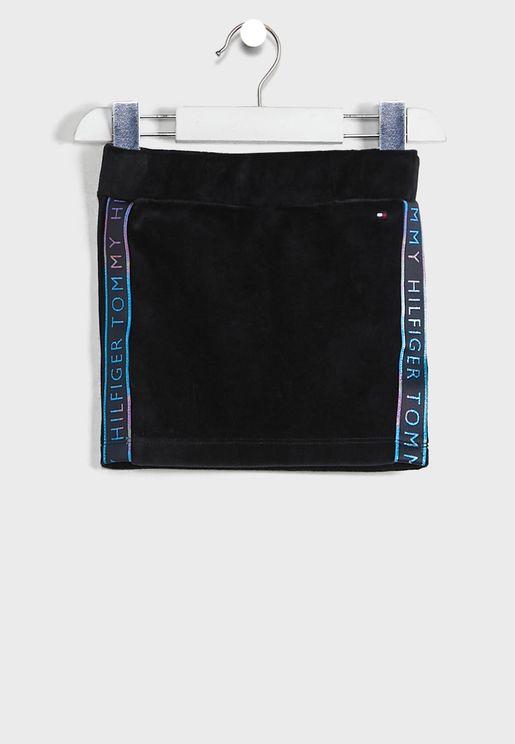 تنورة مزينة بشعار الماركة