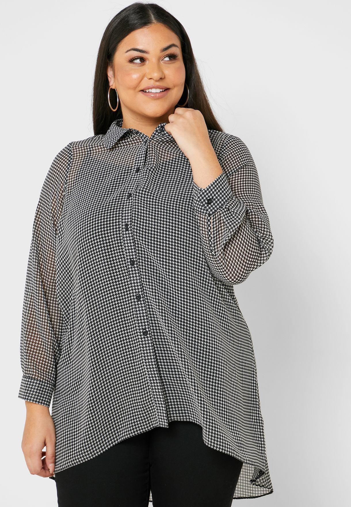 قميص بأكمام شفافة