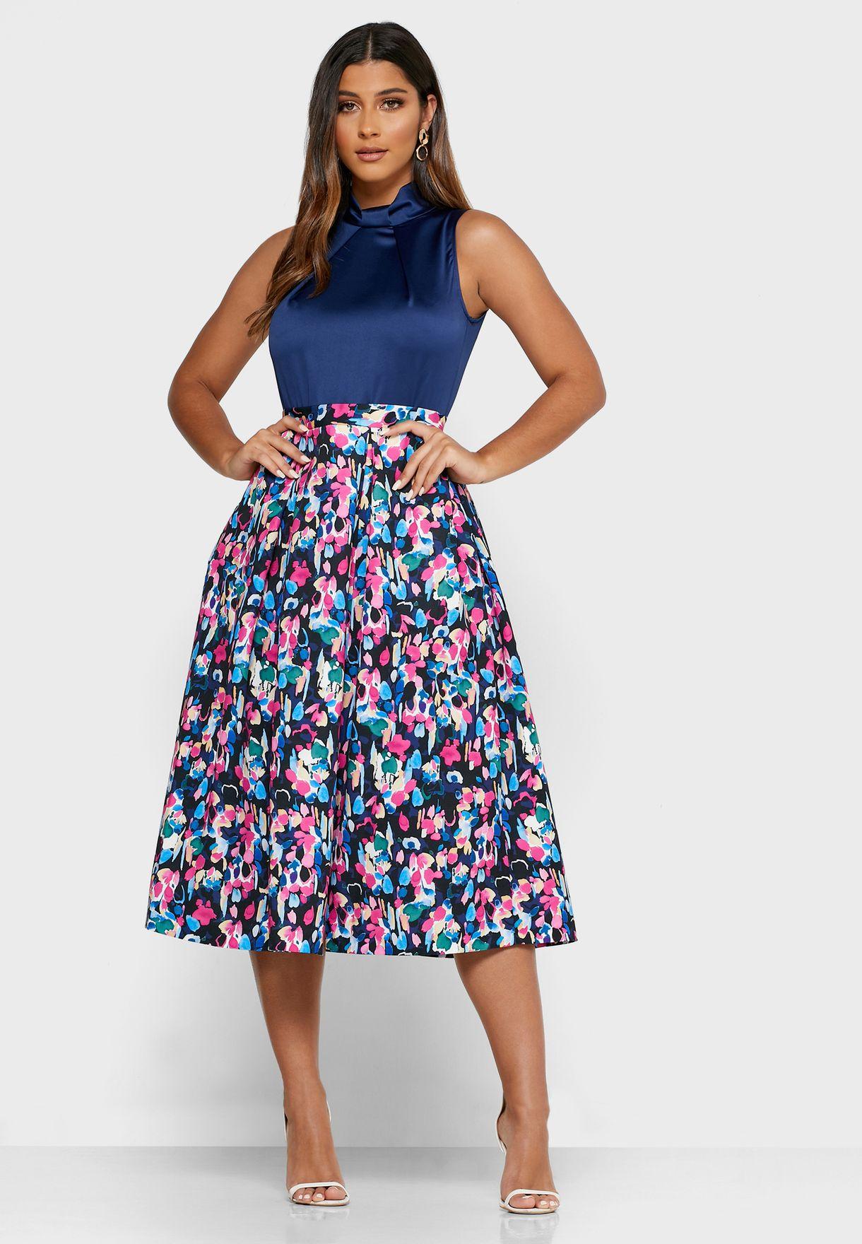 فستان ذو تنورة مزينة بطبعات مع جيوب جانبية