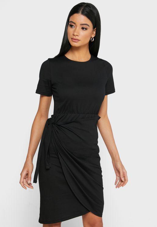 فستان قصير بنمط لف في الامام