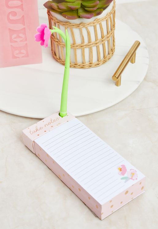 قلم حبر ودفتر ملاحظات