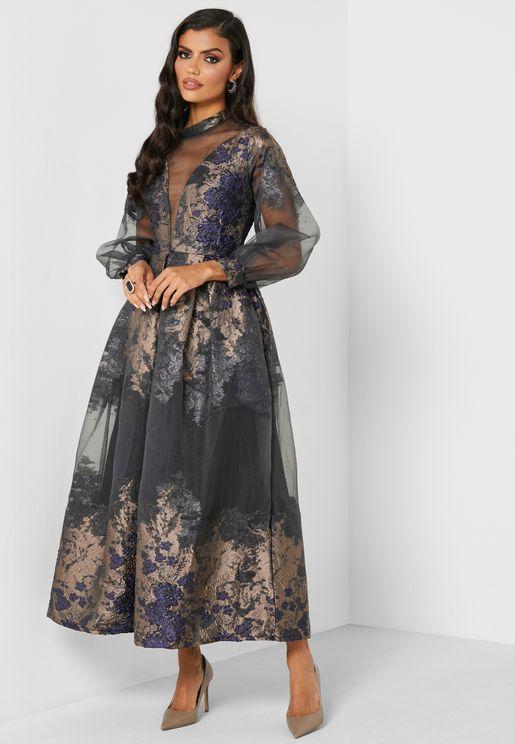 فستان بياقة عالية واكمام منفوشة