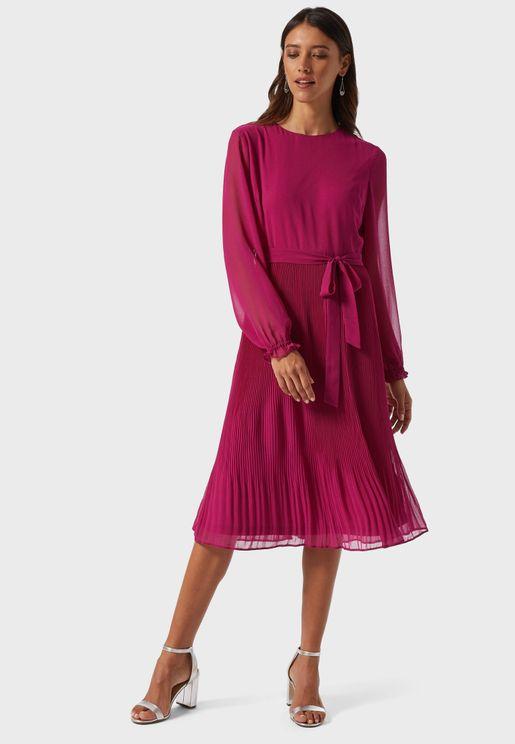 فستان بأربطة وطيات