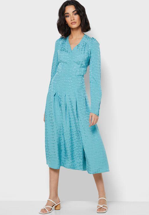 فستان بياقة V وكسرات