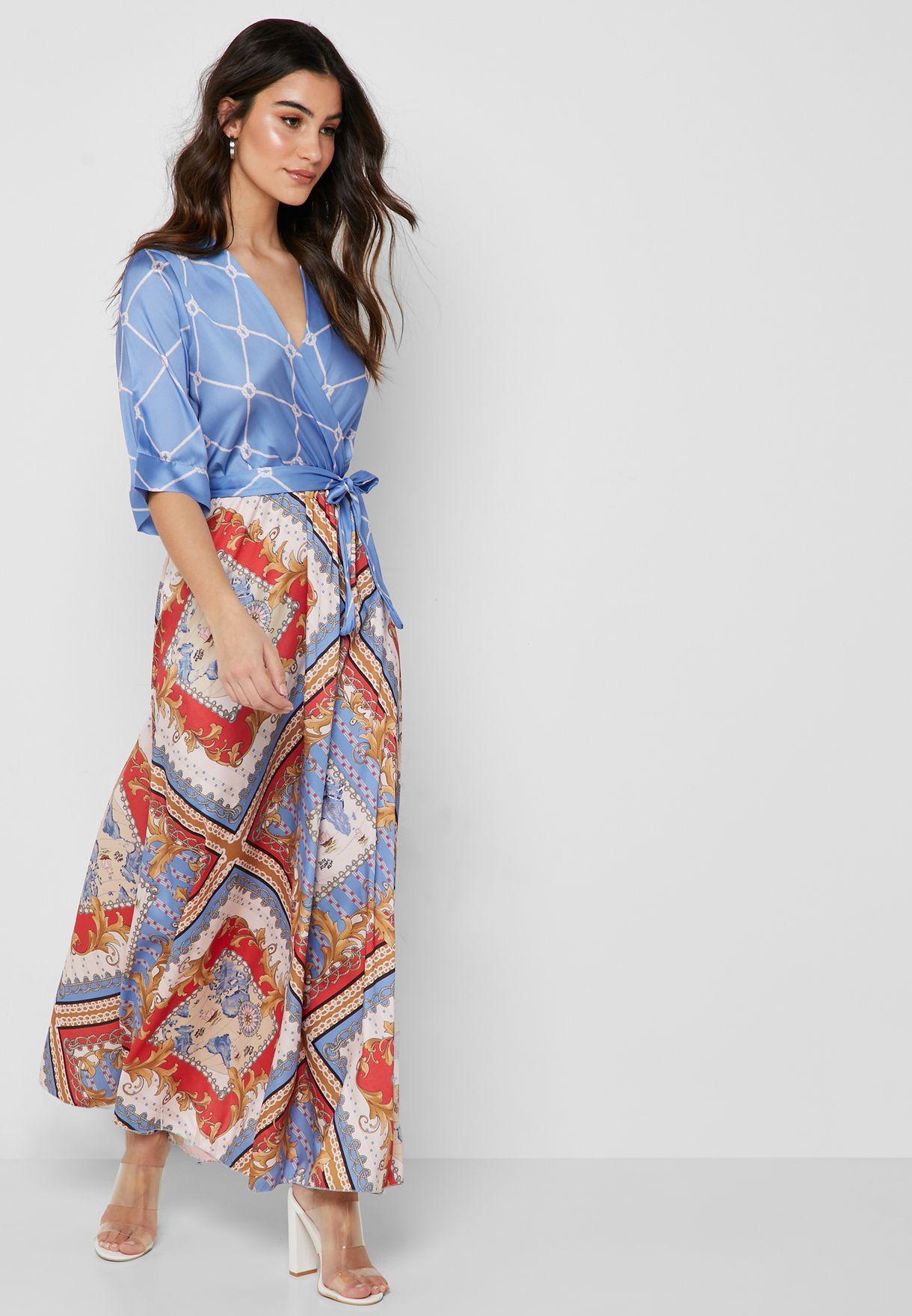 فستان مكسي بنمط لف وطبعات بيسلي