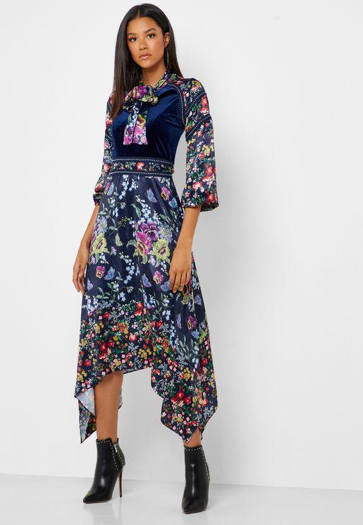 فستان بطبعات وحواف متباينة في الطول