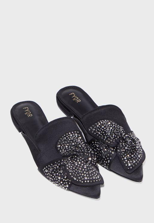 حذاء بدبابيس