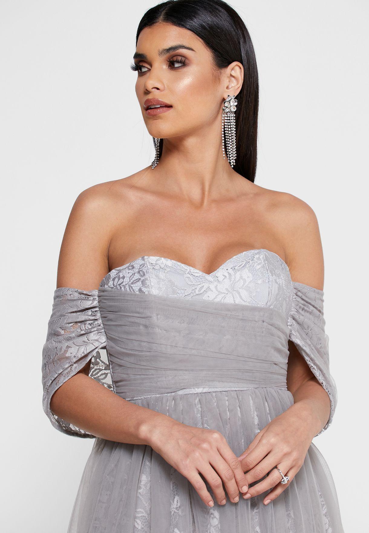 فستان دانتيل بياقة قلب