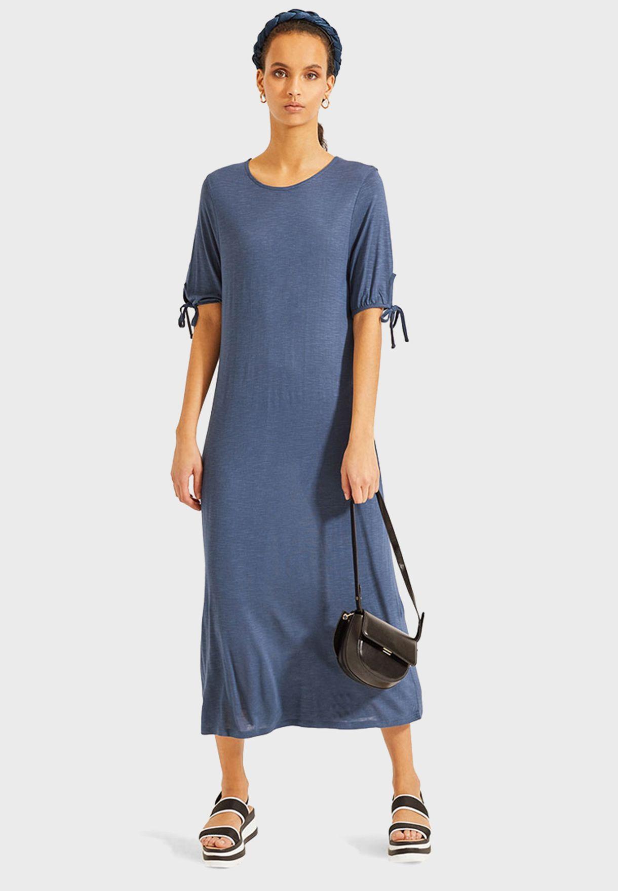 فستان بياقة دائرية ومزين بكسرات