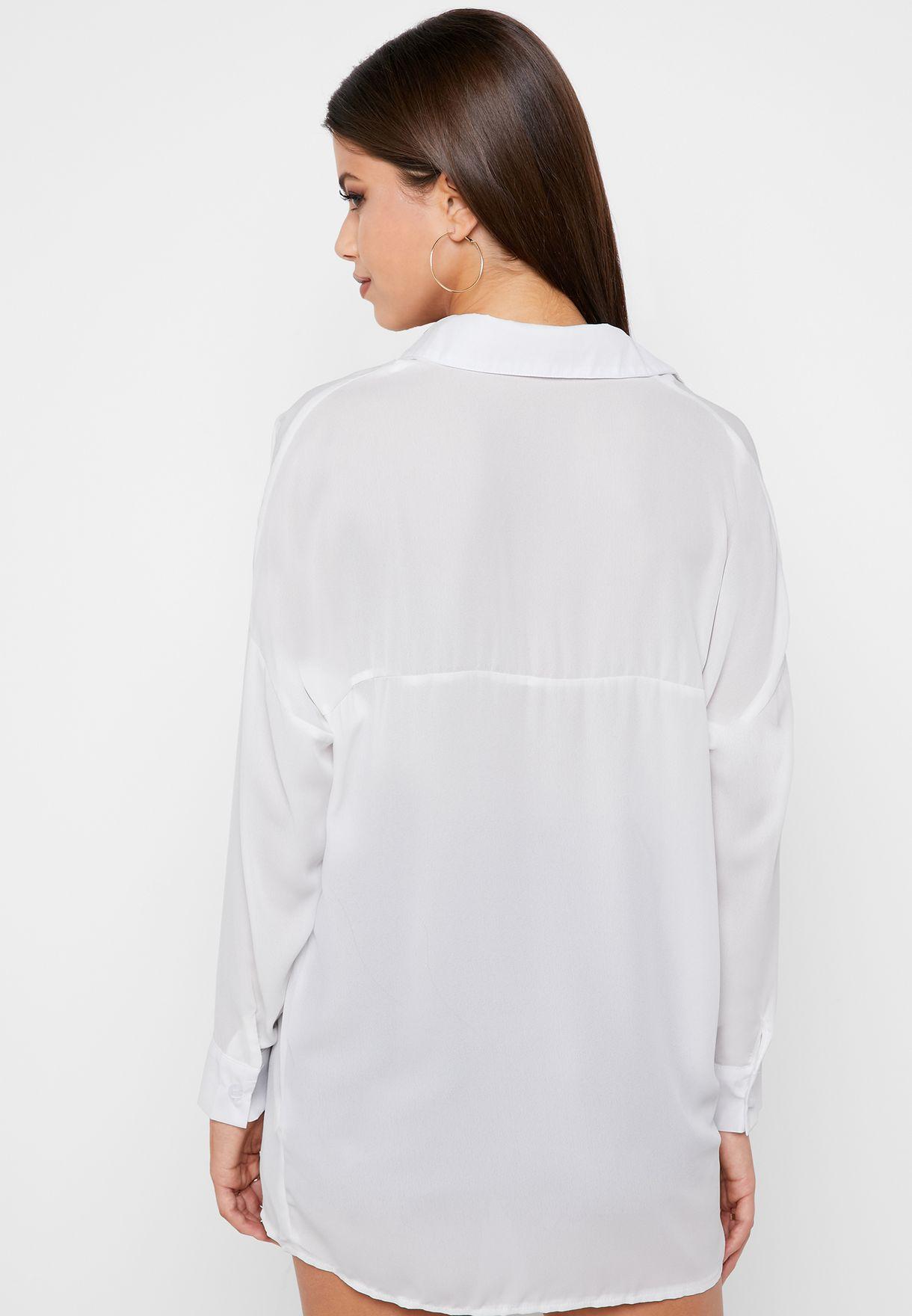 قميص بياقة عميقة
