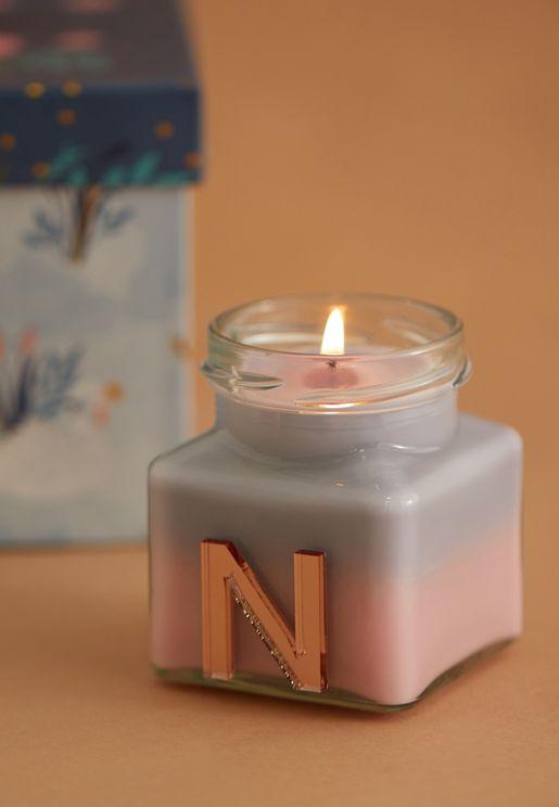 شمعة برائحة الفانيليا واليلانغ يلانغ ومزينة بحرف N