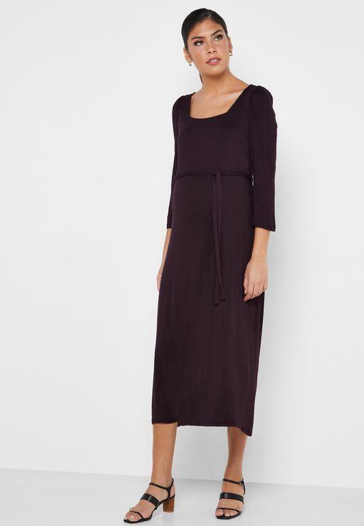 فستان بتنورة و ياقة واسعتين