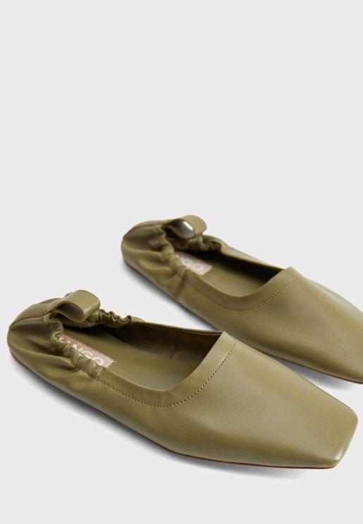 حذاء مزين بسلسلة معدنية