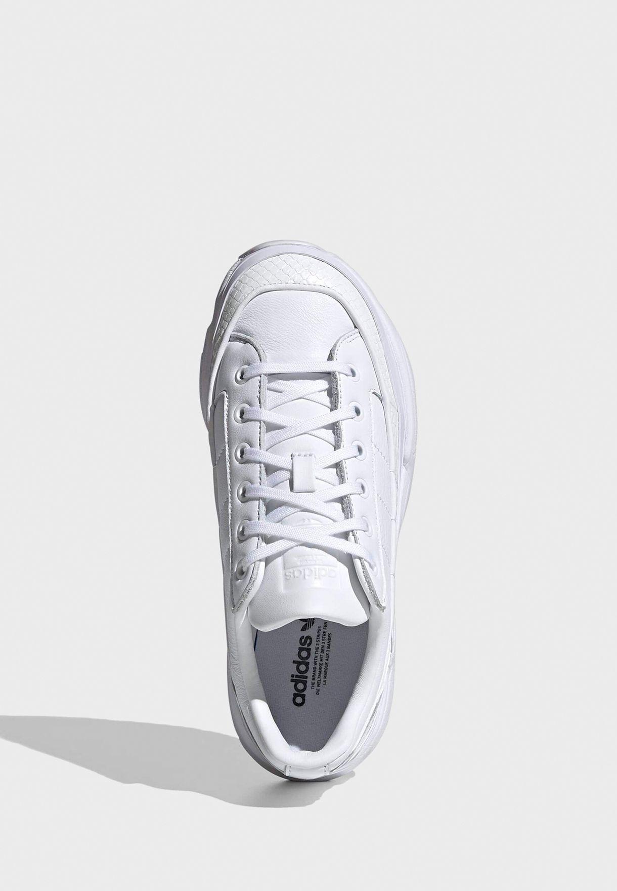 حذاء من مجموعة أديداس فاتكن