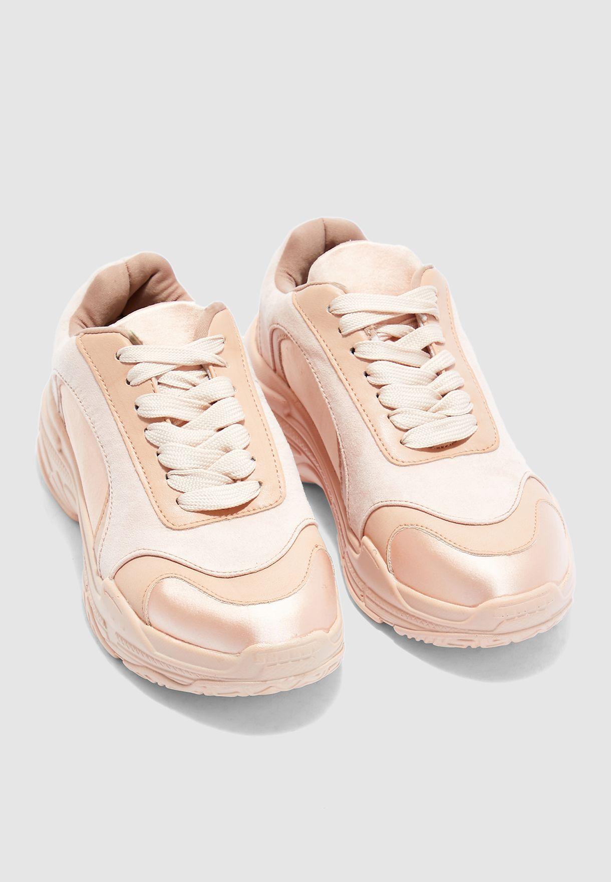 حذاء سنيكرز بتداخل شمواه