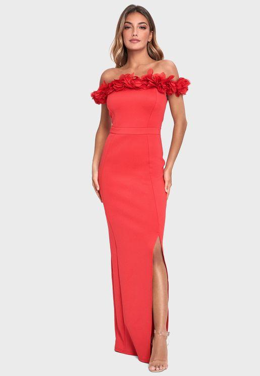 فستان عاري الاكتاف بشق جانبي