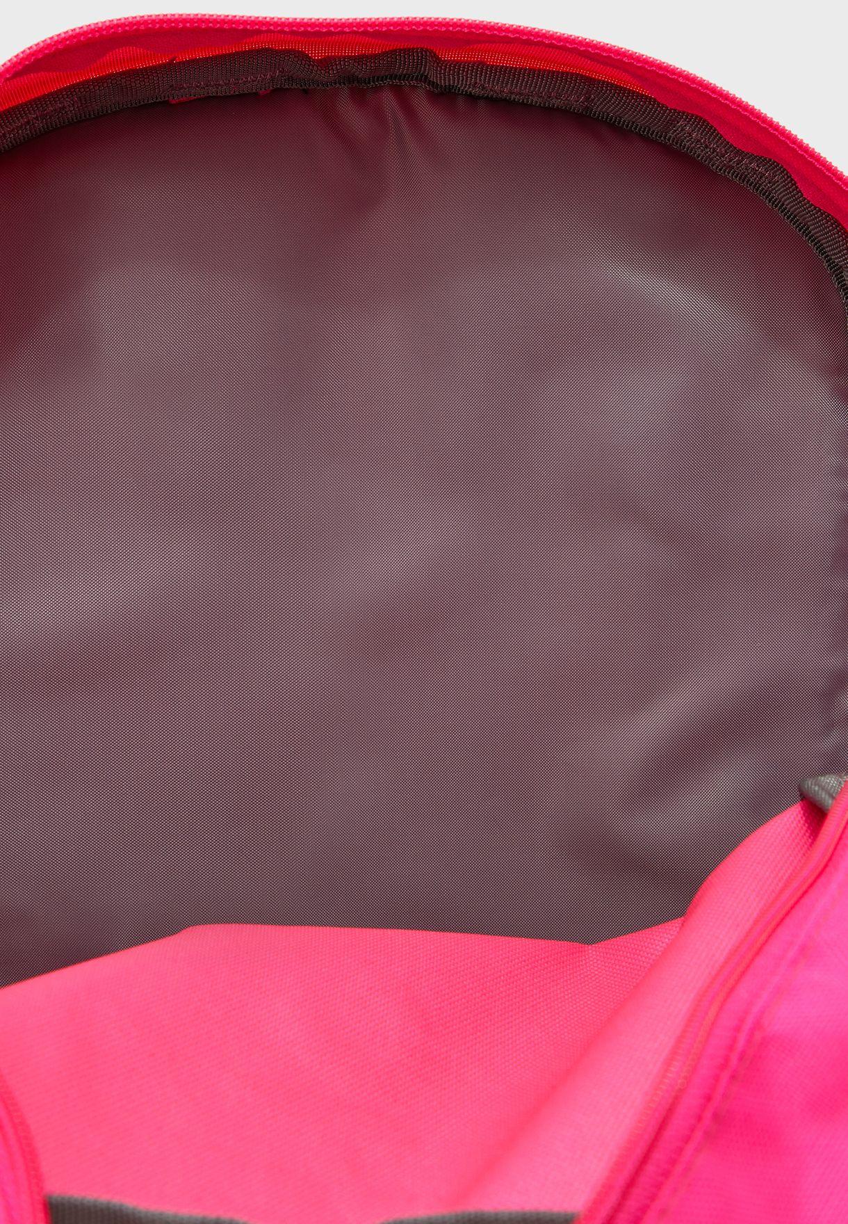 شنطة ظهر مزينة بشعار الماركة
