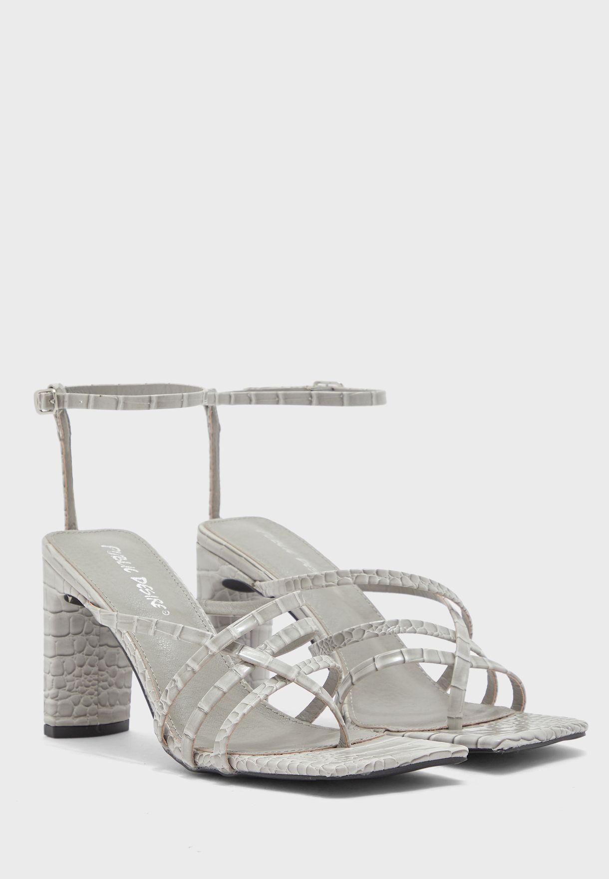 حذاء بسيور وأصابع مربعة