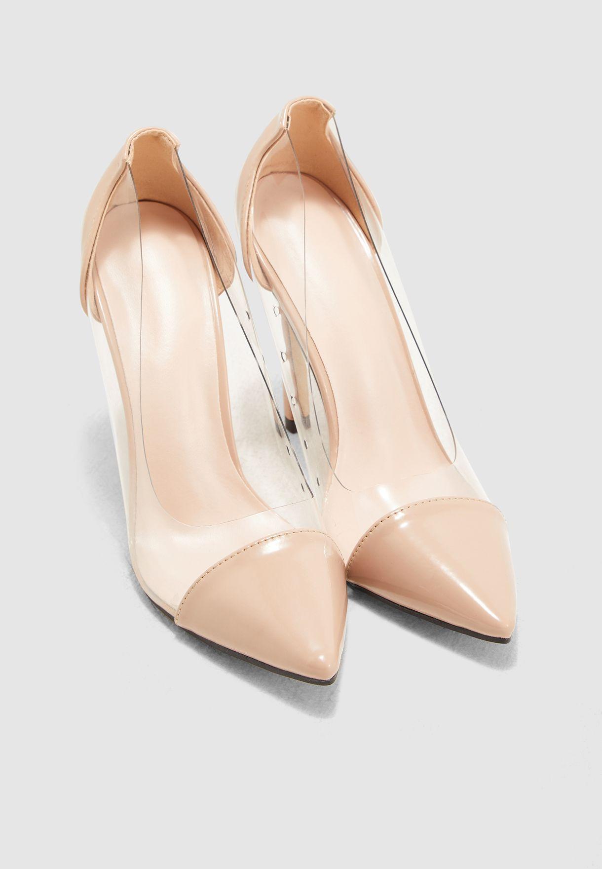 حذاء بمقدمة مدببة وكعب مستدق