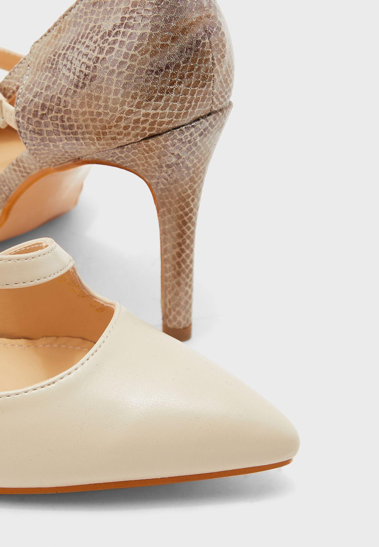 حذاء بفتحات جانبية