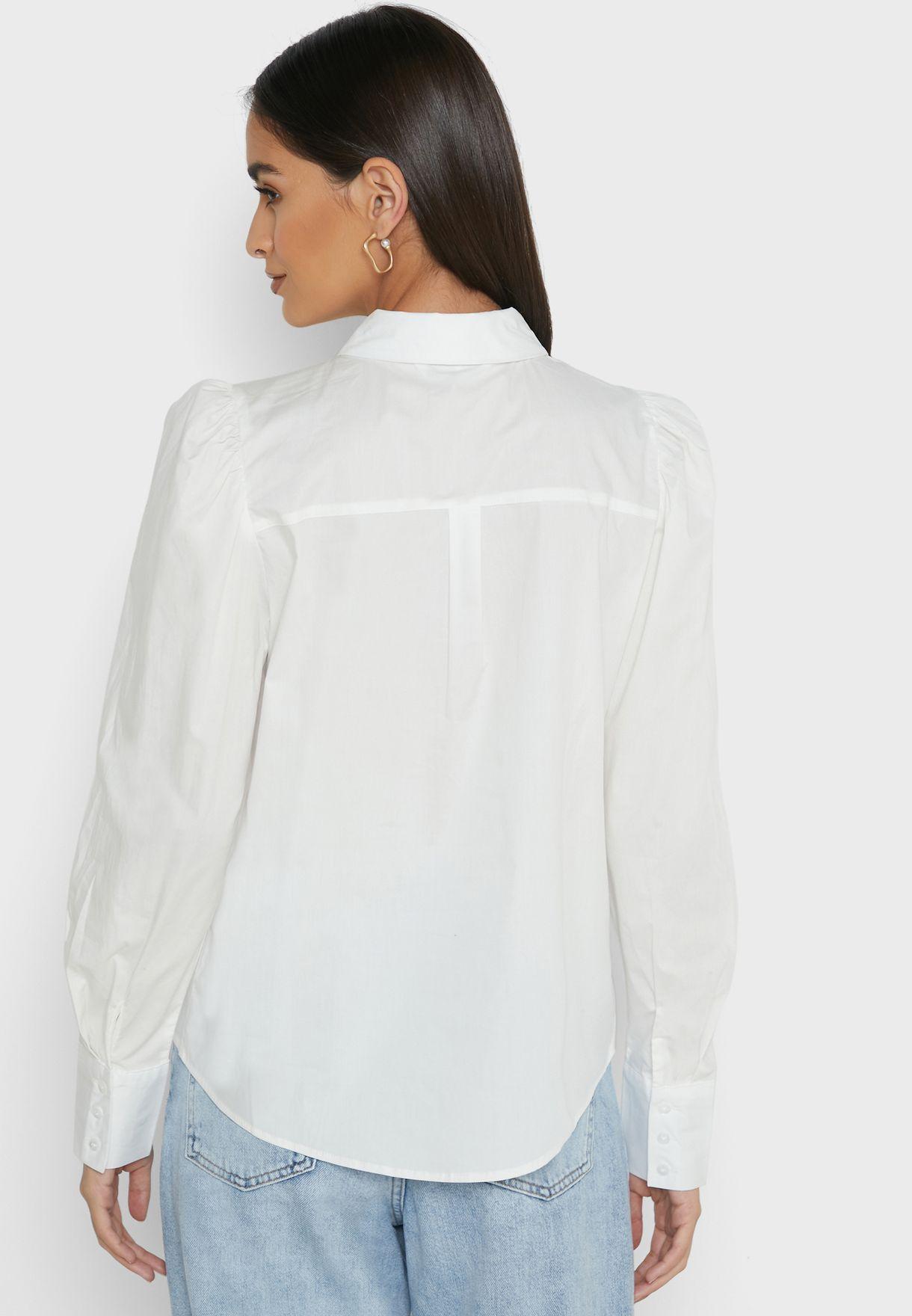 قميص بأكمام منفوشة