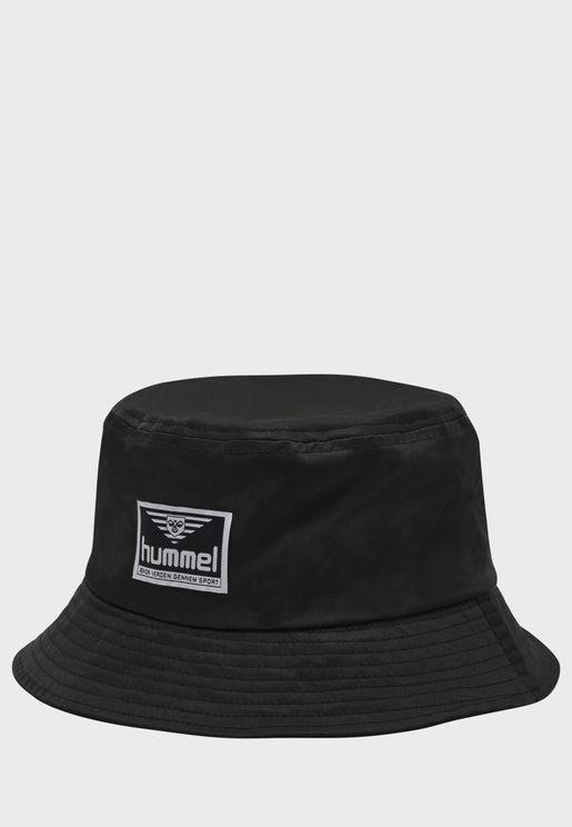 قبعة بحافة واسعة مزينة بدرزات