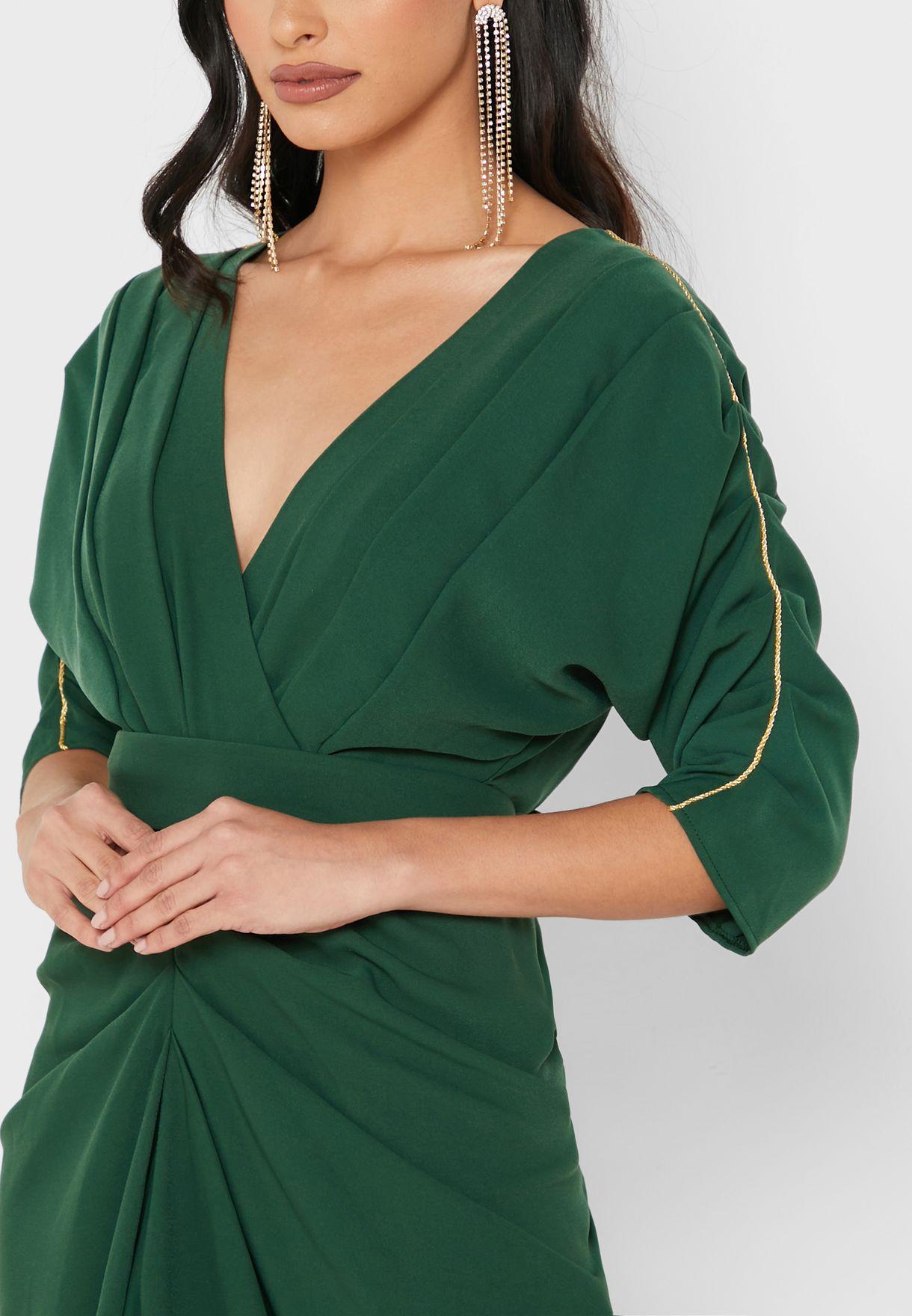 فستان مطرز بياقة V