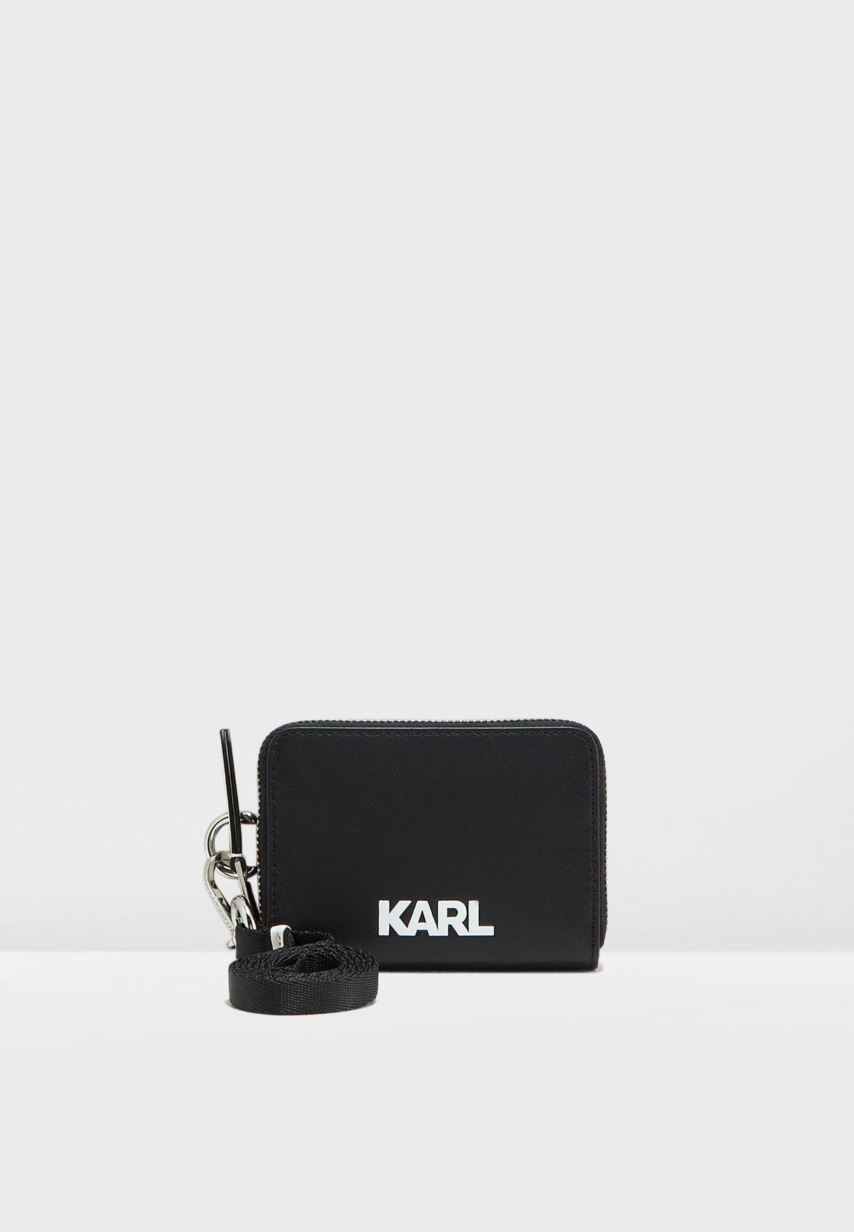محفظة صغيرة مزينة بشعار الماركة