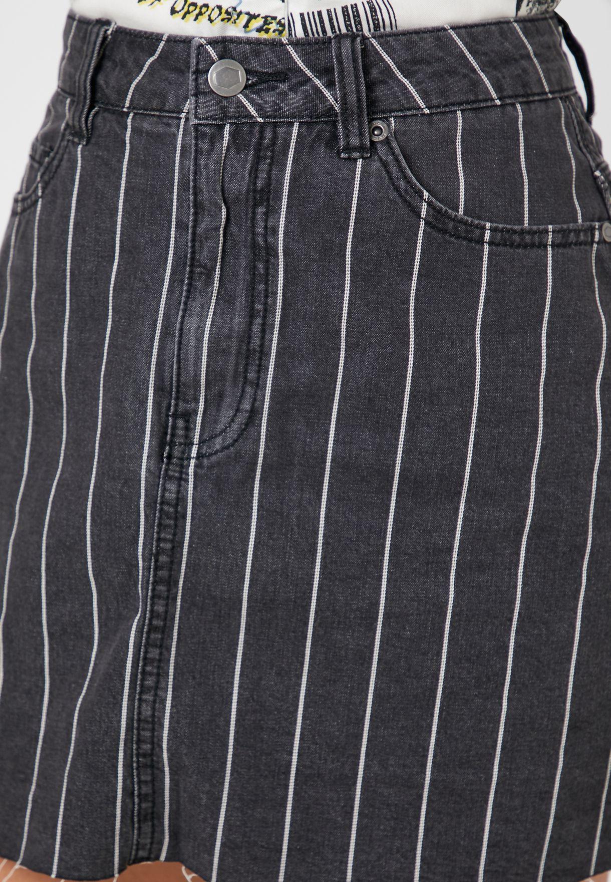 تنورة قصيرة بخطوط