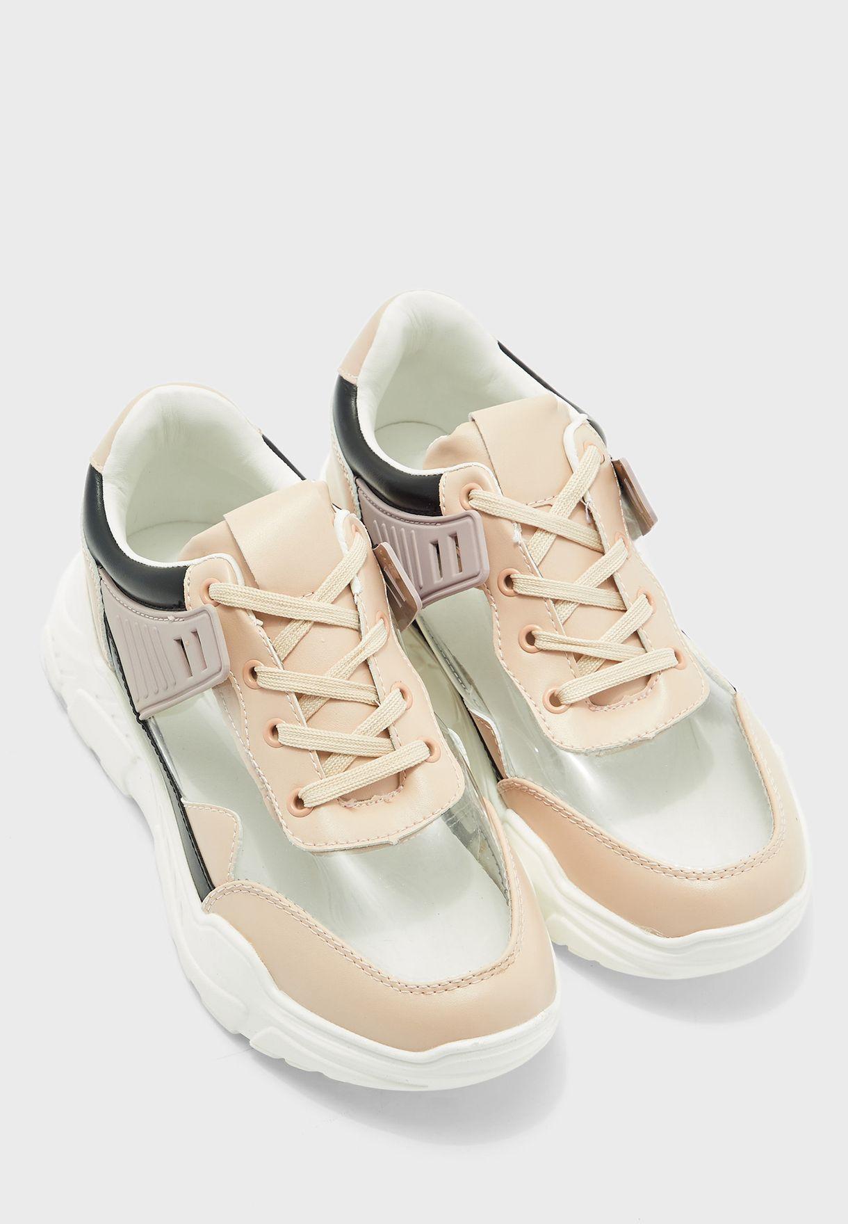 حذاء سنيكرز بتداخلات شفافة