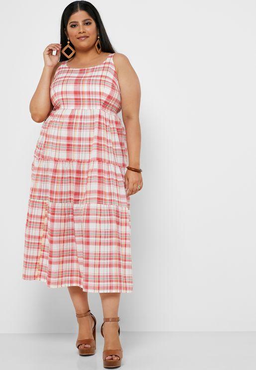 فستان مطبع وبياقة مربعة