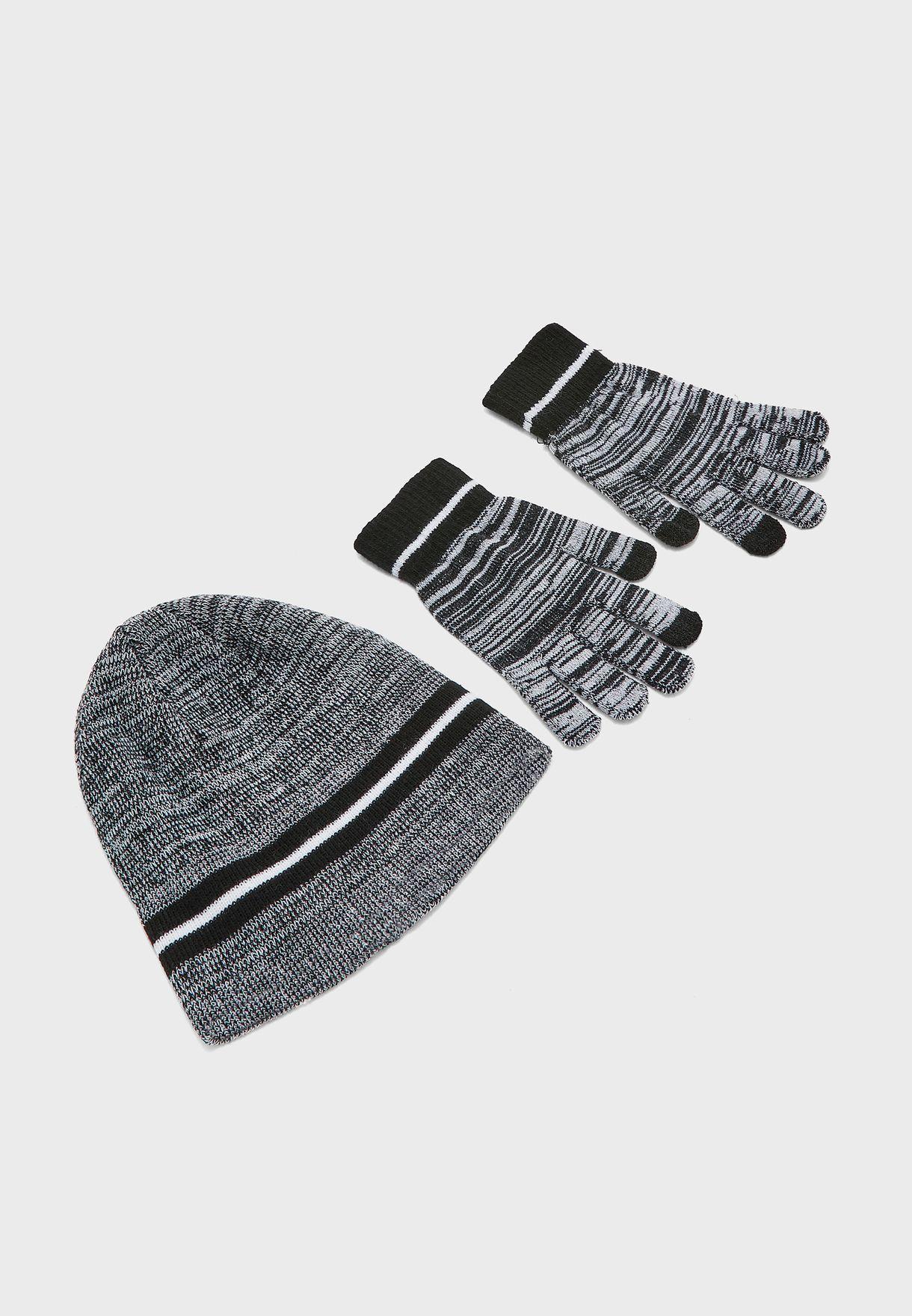 قفازات وقبعة محبوكة