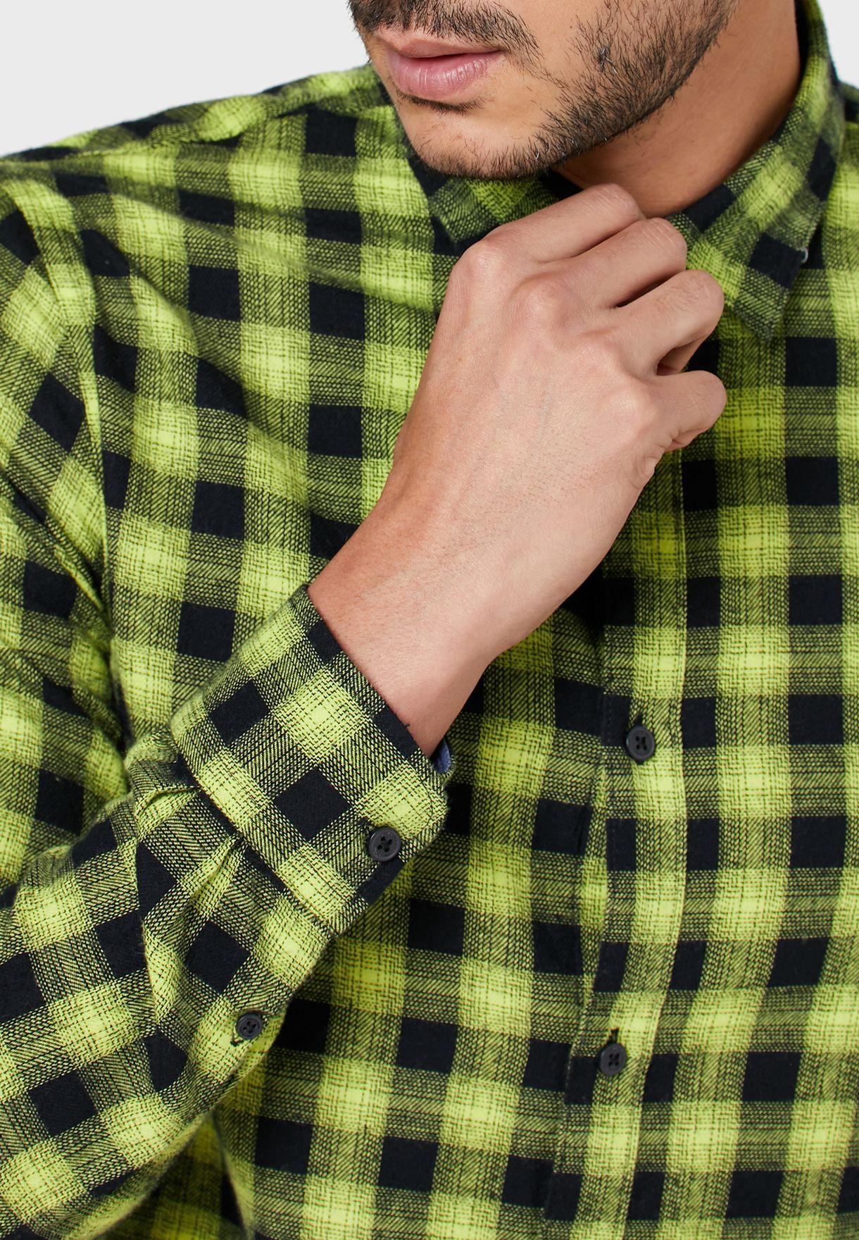 قميص بطبعات مربعات
