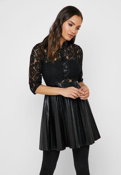 فستان مزين بدانتيل وكسرات