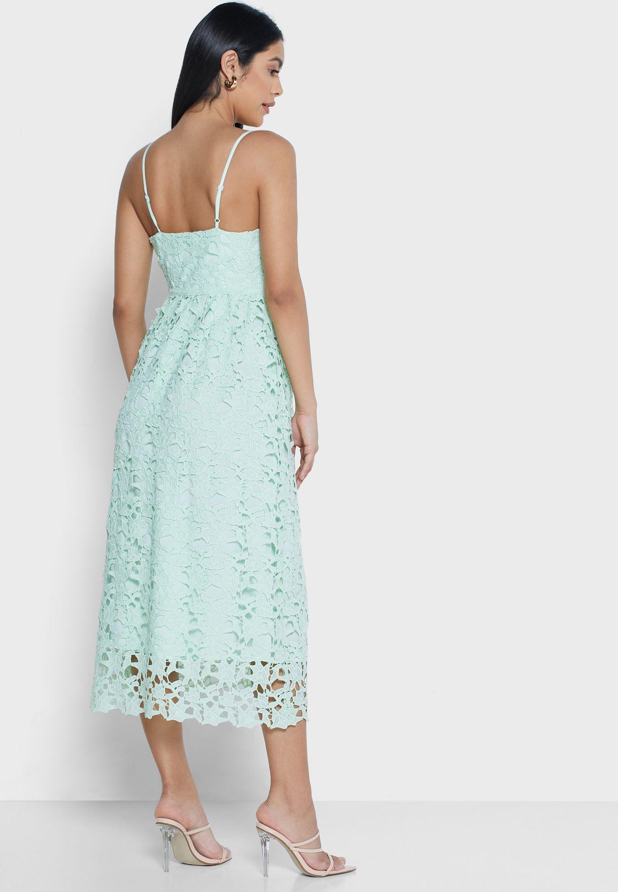 فستان دانتيل بحمالات رفيعة