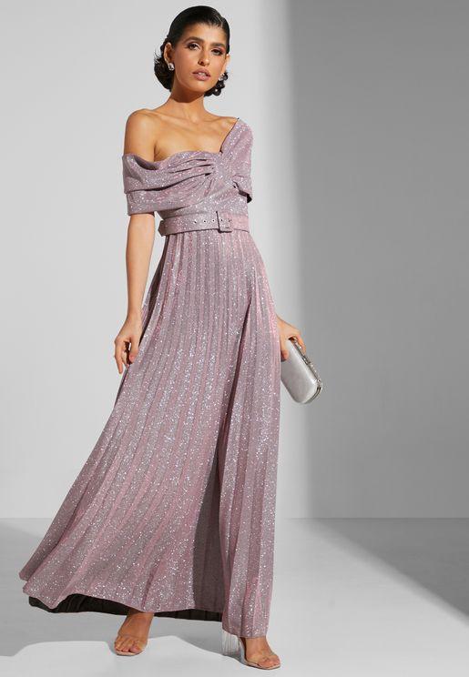 فستان لامع بأكتاف عارية