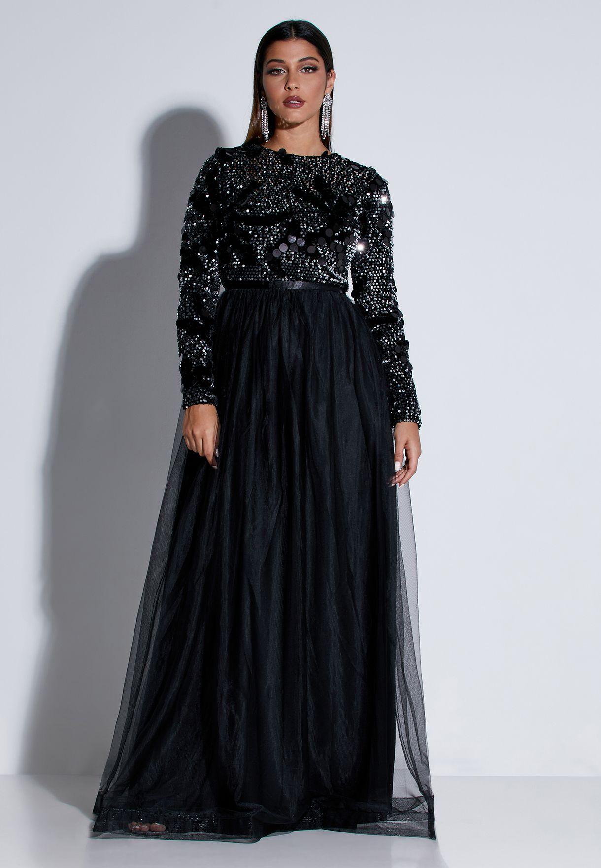 فستان بياقة عميقة مزين بترتر