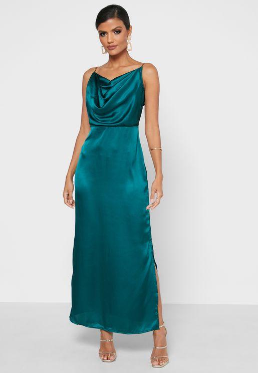 فستان بياقة منسدلة وشق جانبي