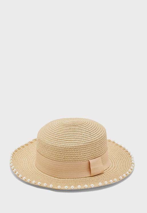قبعة مزينة باللؤلؤ