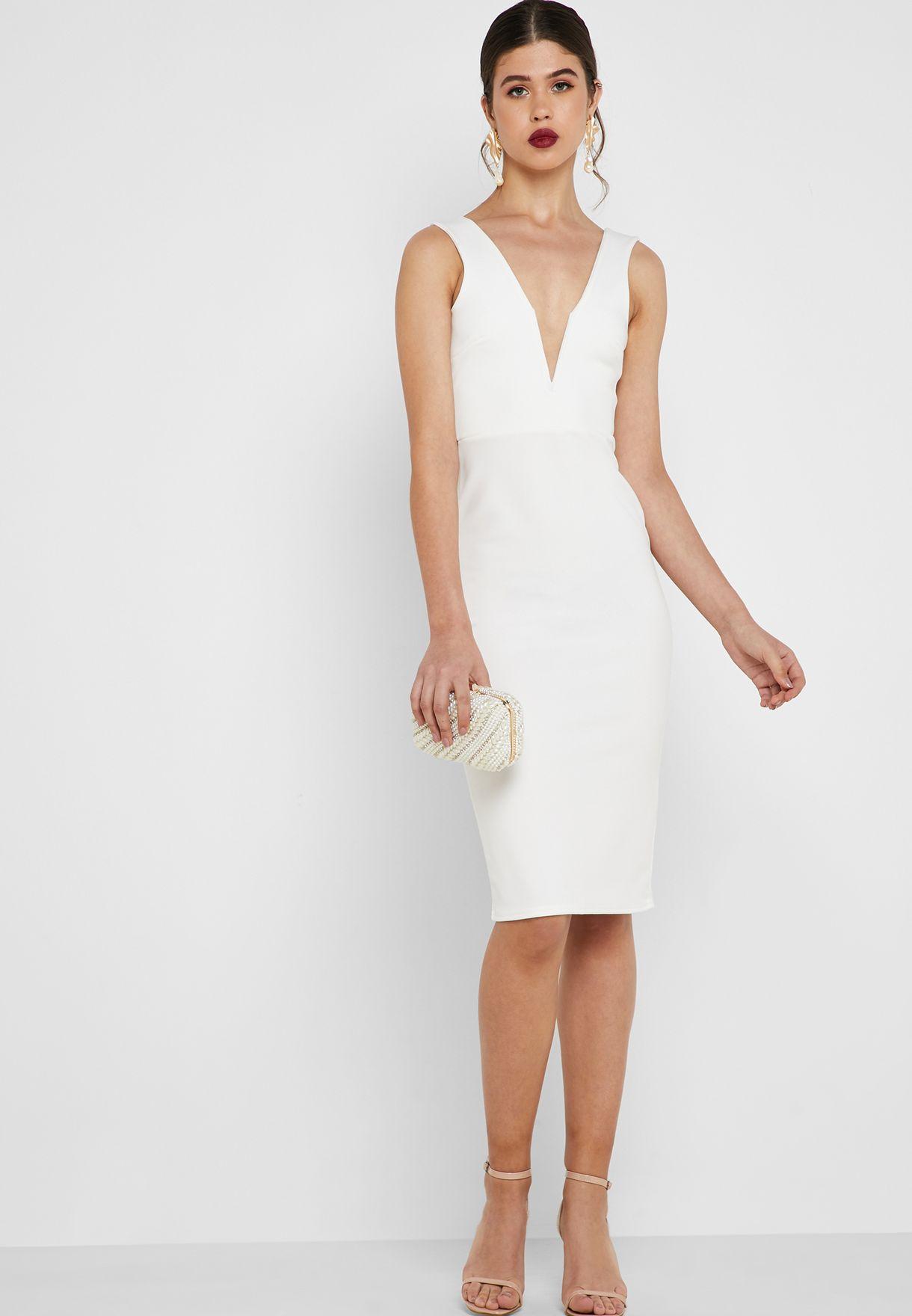فستان بياقة عميقة